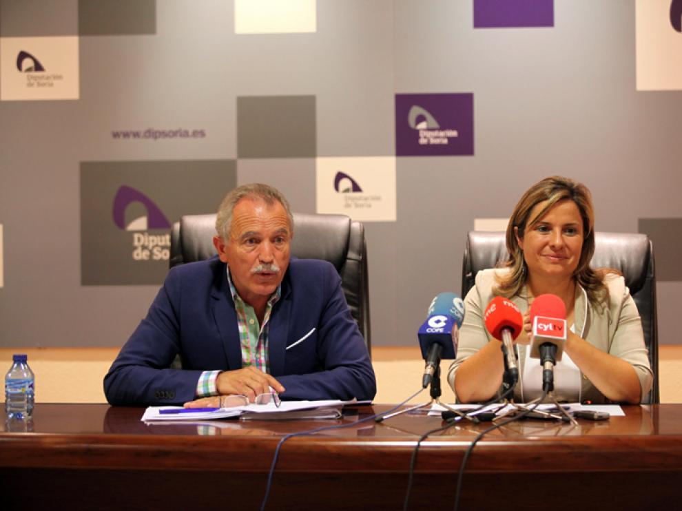 El presidente de la Comisión, José Antonio de Miguel, junto a la vicepresidenta primera de la Diputación y portavoz del Grupo Socialista en la comisión, Esther Pérez.