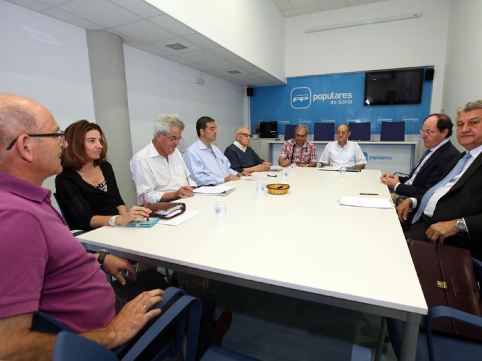 Miembros del movimiento ciudadano, conjuntamente con su Consejo Asesor, se han reunidohan mantenido este viernes con Posada.