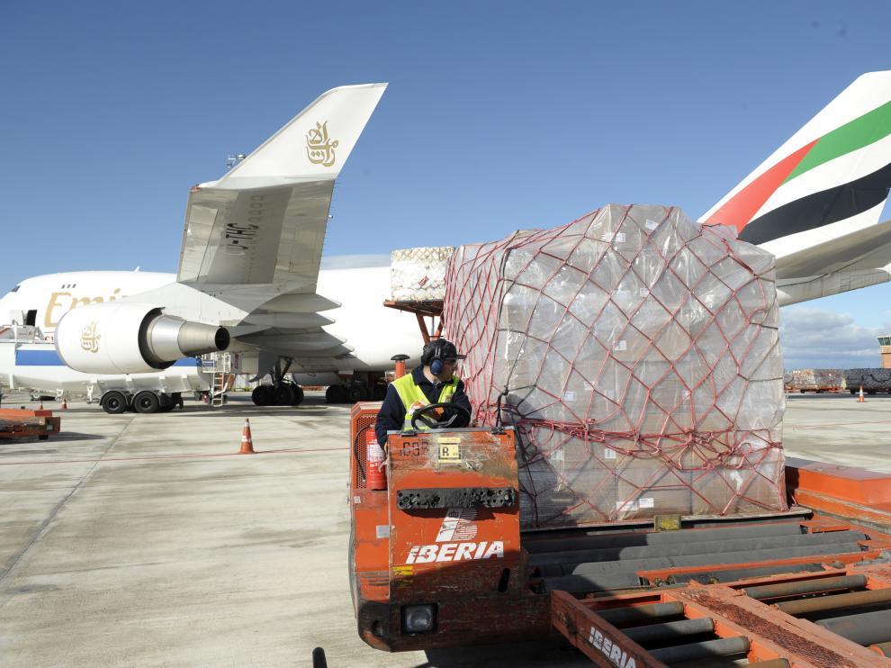 Trabajos de carga en el aeropuerto de Zaragoza