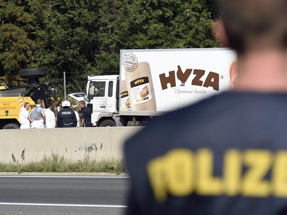 Imagen de archivo de expertos forenses en el camión frigorífico donde viajaba un grupo de inmigrantes que murieron asfixiados