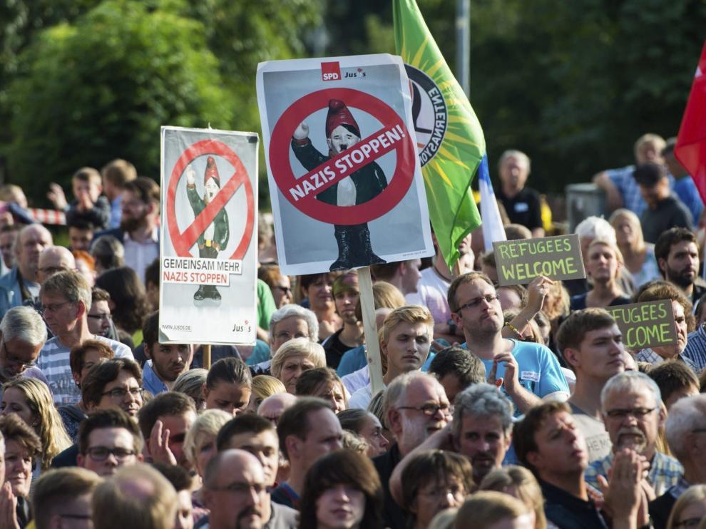 Numerosas personas participan en una manifestación en Salzhemmendorf, Alemania, hoy, 28 de agosto de 2015