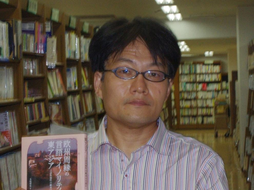 Satoshi Terao con su libro sobre la situación del aragonés y el banshu, publicado en japonés, posa en la librería Junkudo Naha, en la ciudad de Naha, en Okinawa.
