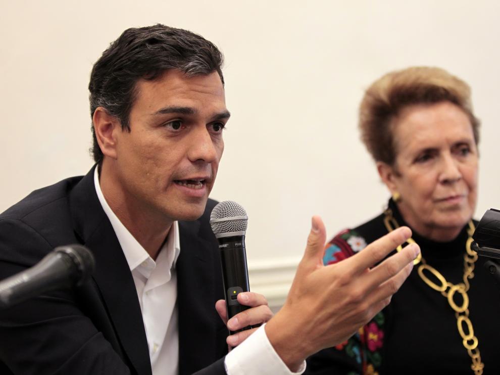 El líder del PSOE, Pedro Sánchez, junto a la directora del Ateneo Español en México.