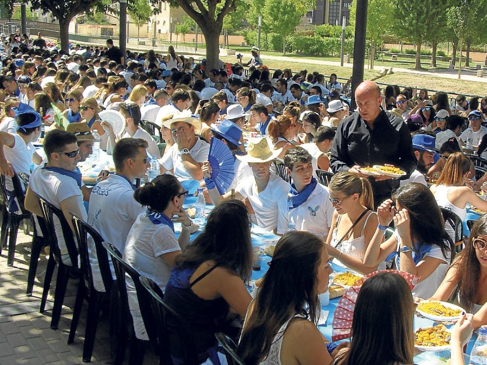 Los jóvenes comieron paella en el parque Pradiel de la localidad turiasonense.