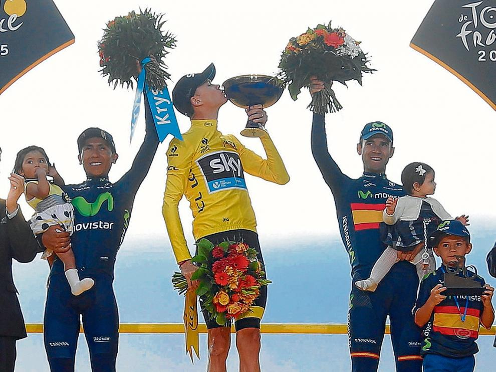 Froome en el podio, escoltado por Nairo Quintana y el español Alejandro Valverde.