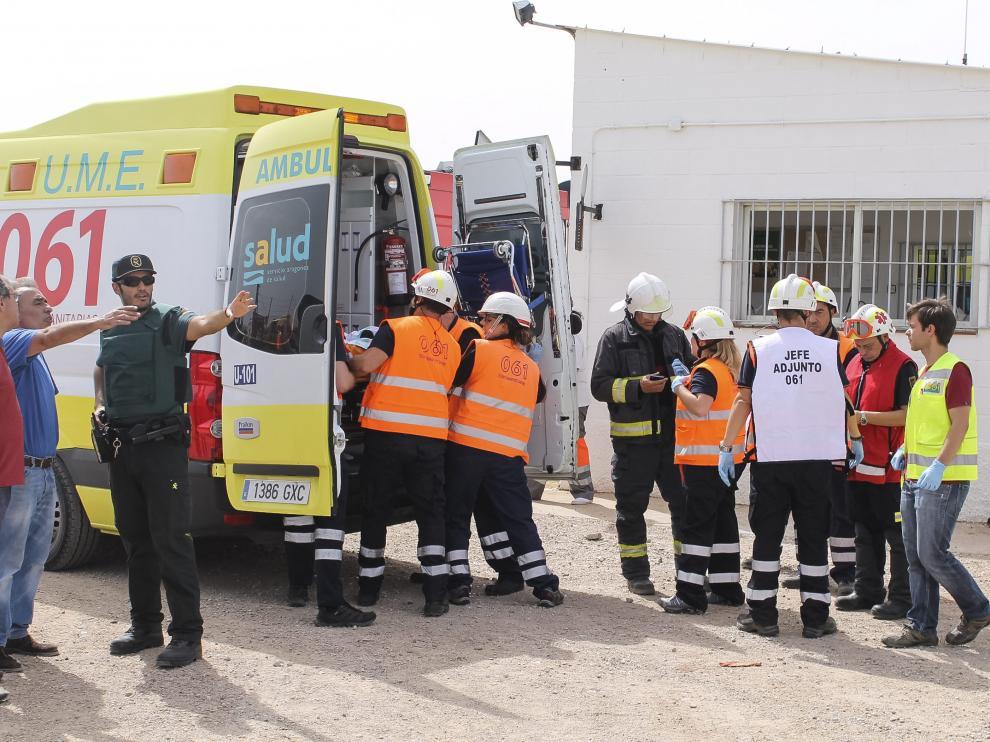 Un equipo sanitario trabajando sobre el terreno este lunes, tras la explosión en Pirotecnia Zaragozana.