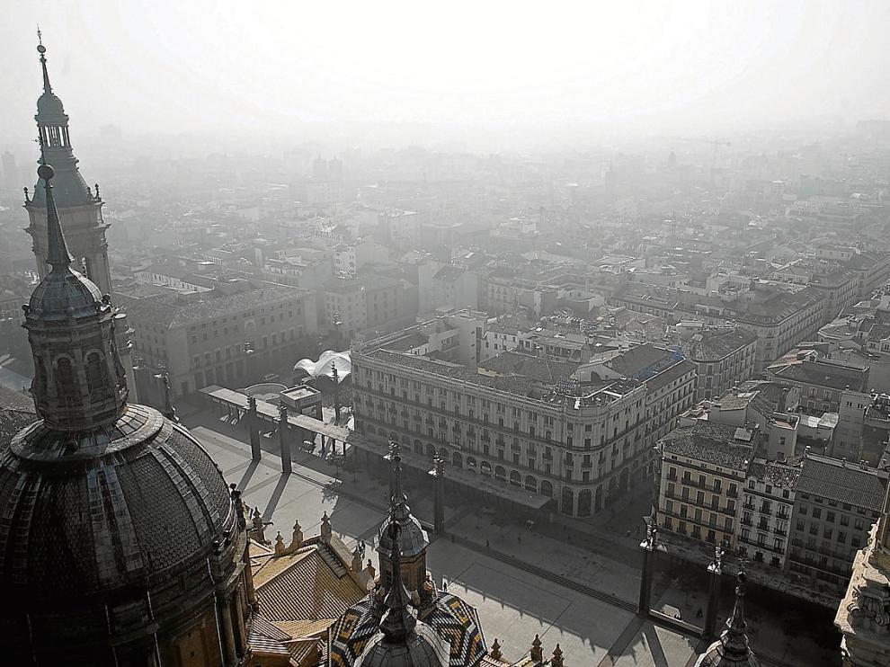 Neblina sobre el centro de Zaragoza en una imagen tomada desde una torre del Pilar.