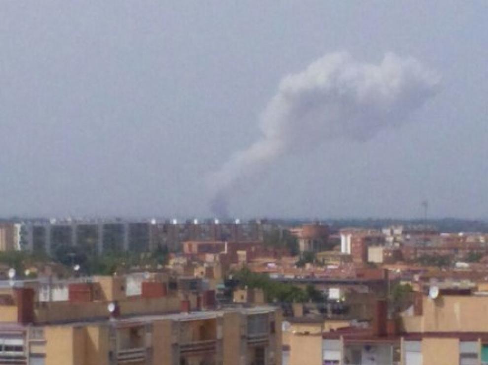 Una fuerte explosión en el entorno del aeropuerto de Zaragoza genera una gran columna de humo