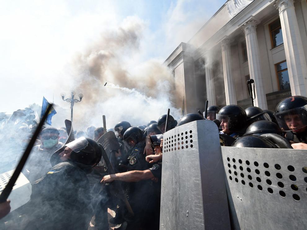 Las fuerzas de seguridad ucranianas custodiando el Legislativo ante la opresión de la revuelta.