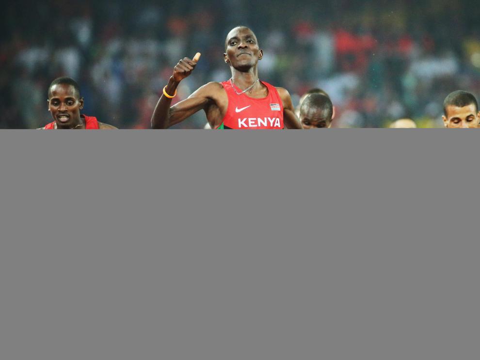 El keniata Asbel Kiprop que por tercera vez se coronó campeón de 1.500.