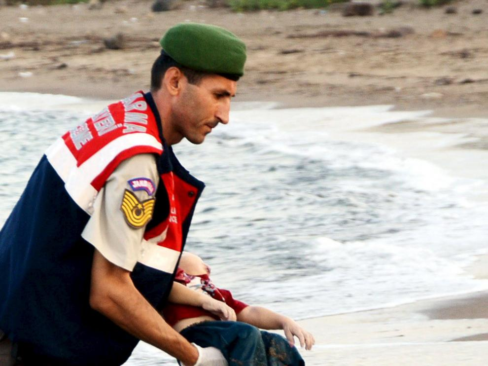 Un gendarme toma en sus brazos el cuerpo sin vida del niño kurdo sirio Aylan Kurdi, aparecido en la playa turca de Bodrum este 2 de septiembre.