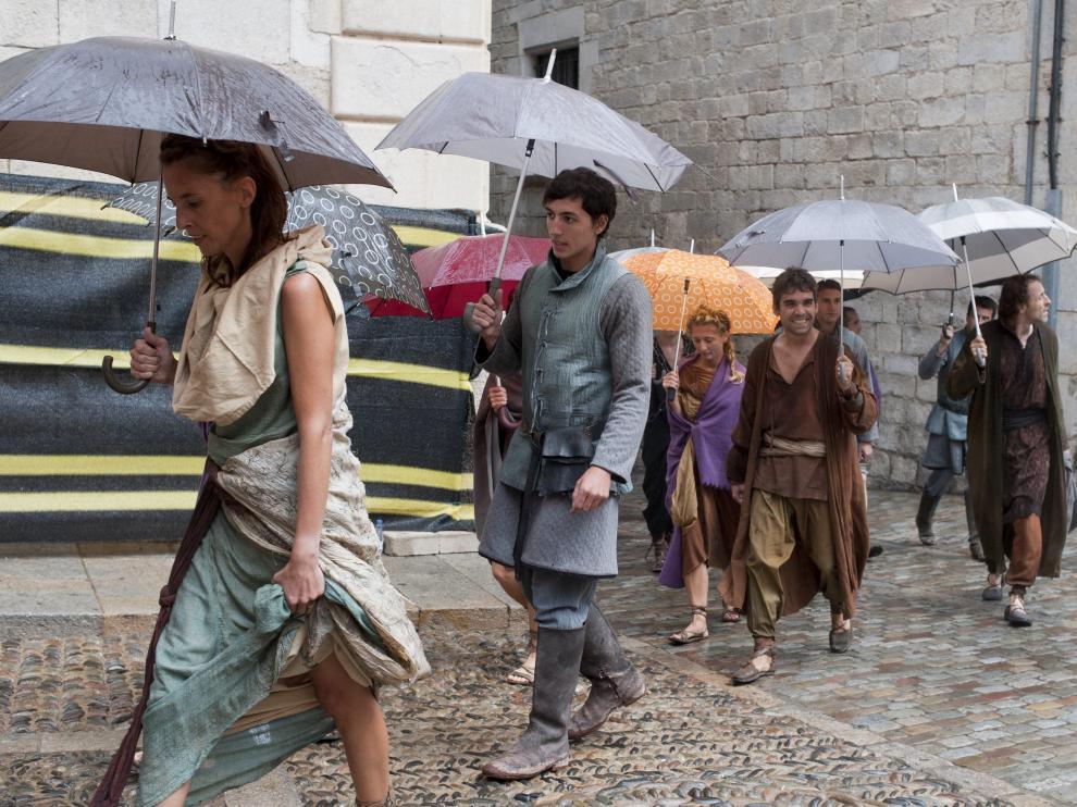 Varios extras se dirigen a la zona de rodaje de la serie televisiva 'Juego de Tronos' en Gerona.