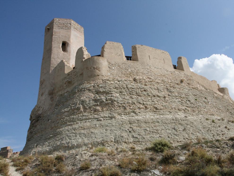 Es un complejo de arquitectura defensiva de primer orden formado por el castillo Mayor o de Ayud.