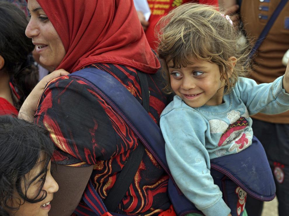 Refugiados sirios cruzan a pie la frontera macedonia procedentes de Grecia.