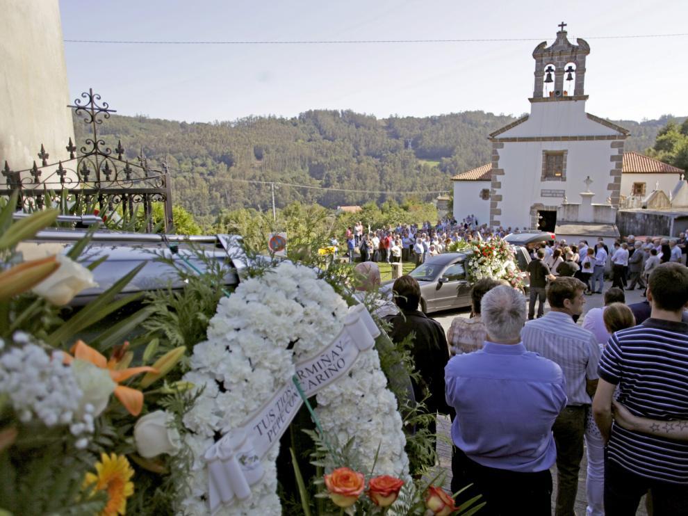 Más de un millar de personas han despedido esta tarde en las localidades coruñesas de Cambre y Carral a las seis víctimas mortales.