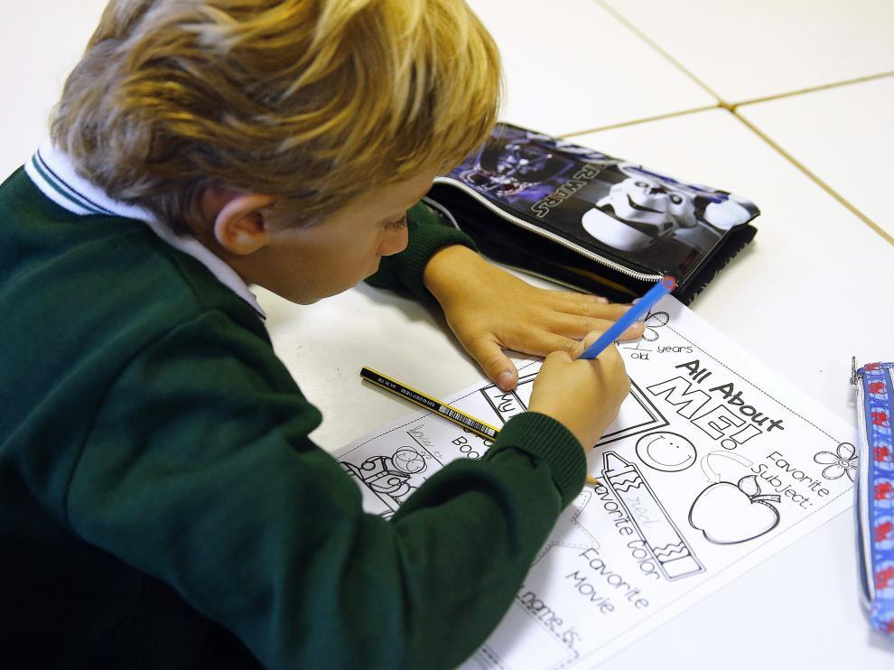 Foto de archivo de un niño en clase