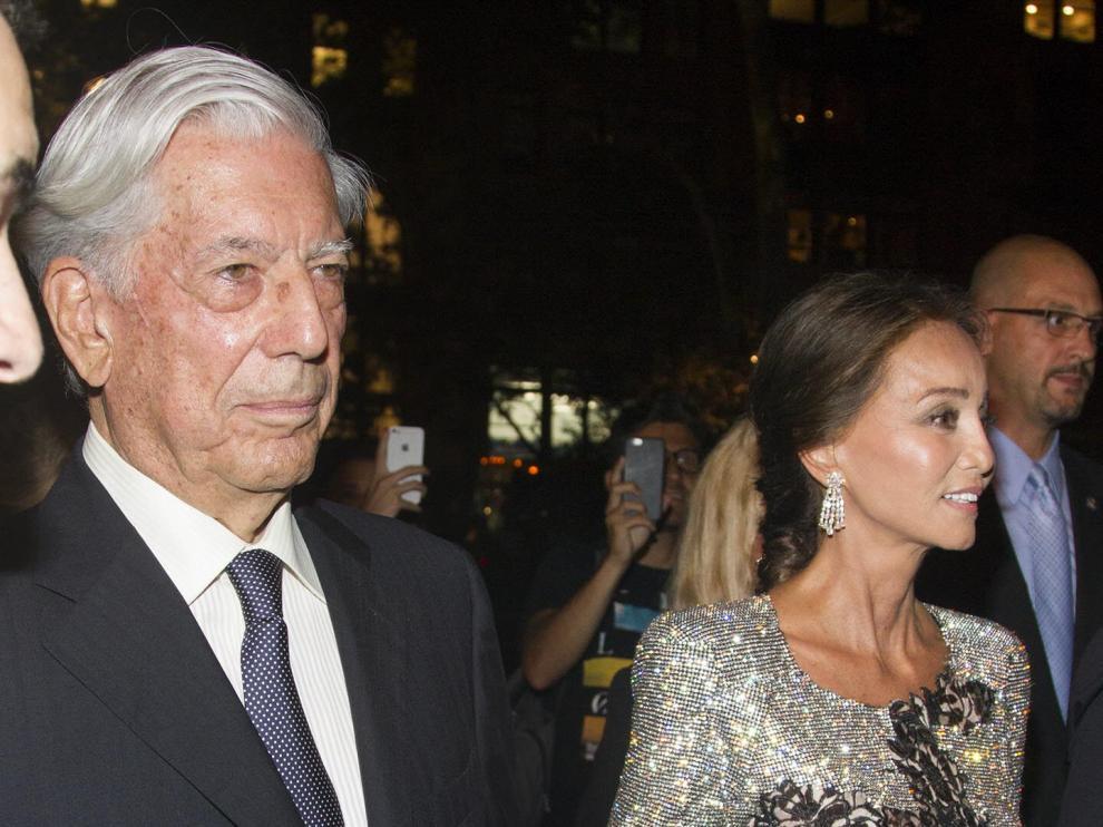 El escritor peruano Mario Vargas Llosa  y su novia, Isabel Preysler.