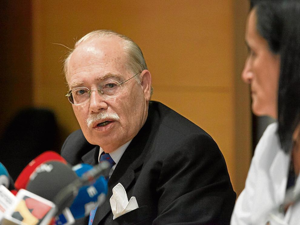 El doctor Val-Carreres, en la rueda de prensa ofrecida en el hospital Quirón de Zaragoza.