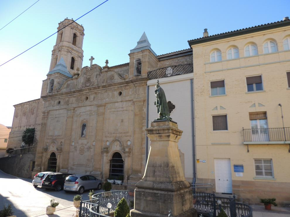Estatua de San José de Calasanz delante del santuario del santo, en su pueblo natal, Peralta de la Sal, en Huesca.
