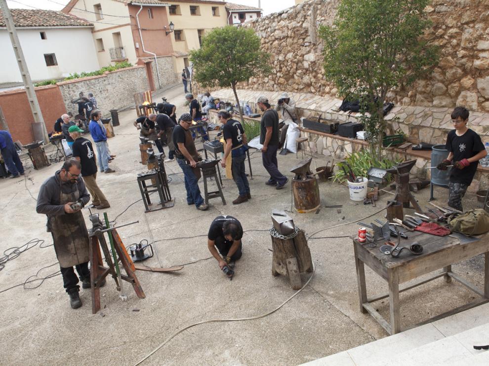 Los herreros, durante su demostración en las calles de Villanueva del Rebollar