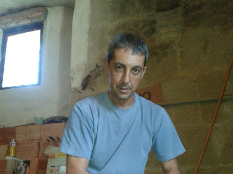 El alfarero Raimundo Abió, en el torno, en el taller de Bandaliés, en la Hoya de Huesca.