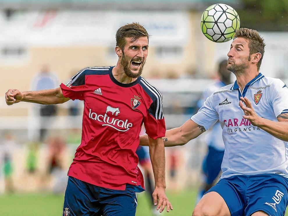 Rubén intenta llevarse un balón aéreo ante un jugador de Osasuna.