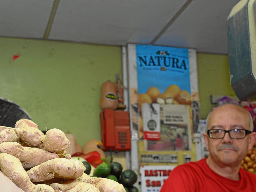 Juan Carlos del Río vende jengibre fresco en su puesto del Mercado Central de Zaragoza.