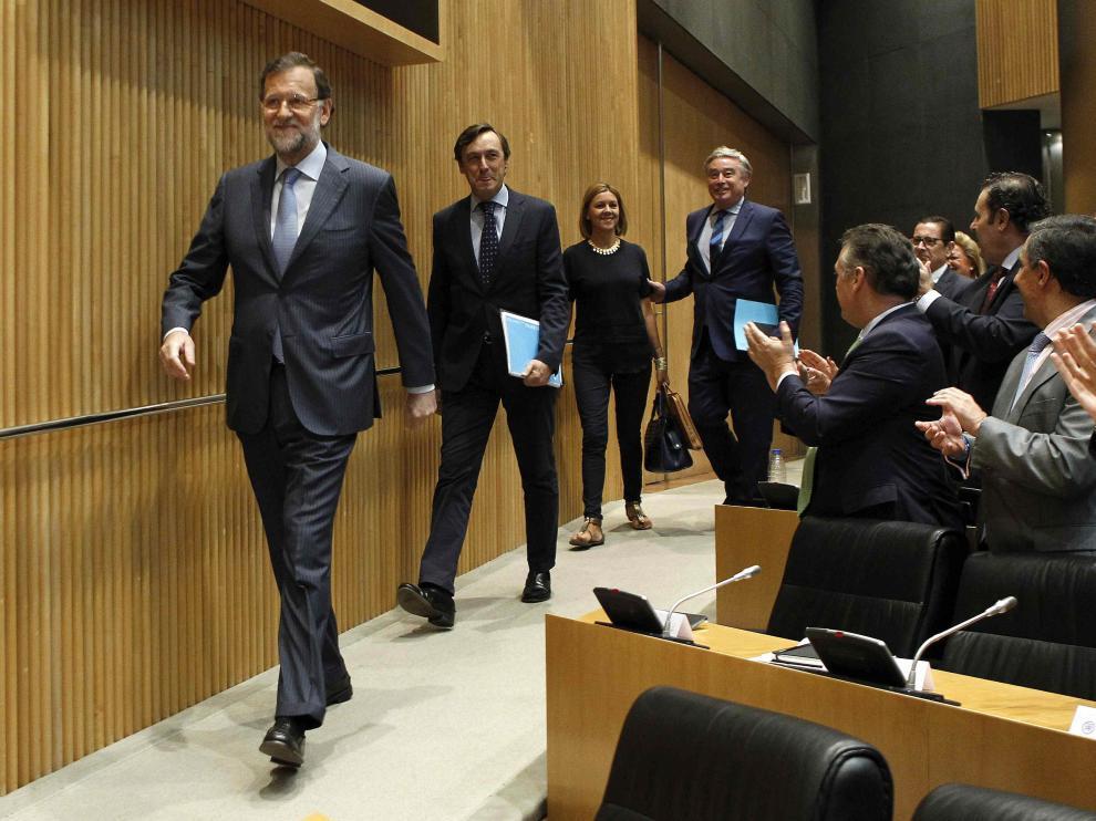 l presidente del Gobierno, Mariano Rajoy (i), junto al portavoz parlamentario popular, Rafael Hernando (2i), la secretaria general del PP, María Dolores de Cospedal