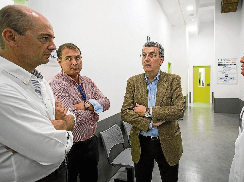 El consejero de Sanidad, tercero por la izquierda, visitó la unidad de cataratas situada en el hospital Provincial.