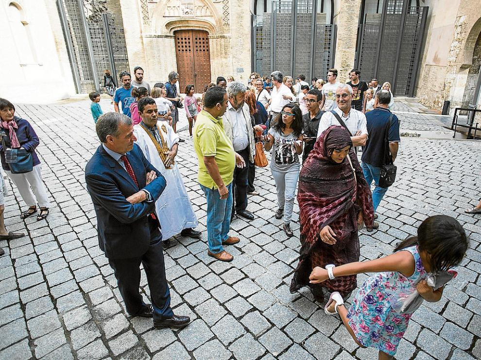 El presidente de las Cortes, AntonioCosculluela –a la izquierda–, recibió ayer a las familias.