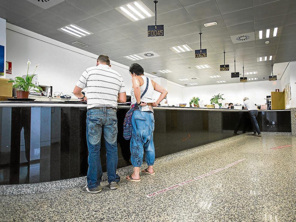 Varias personas tramitaban ayer sus asuntos en el mostrador de atención al público de las oficinas del Registro Civil.