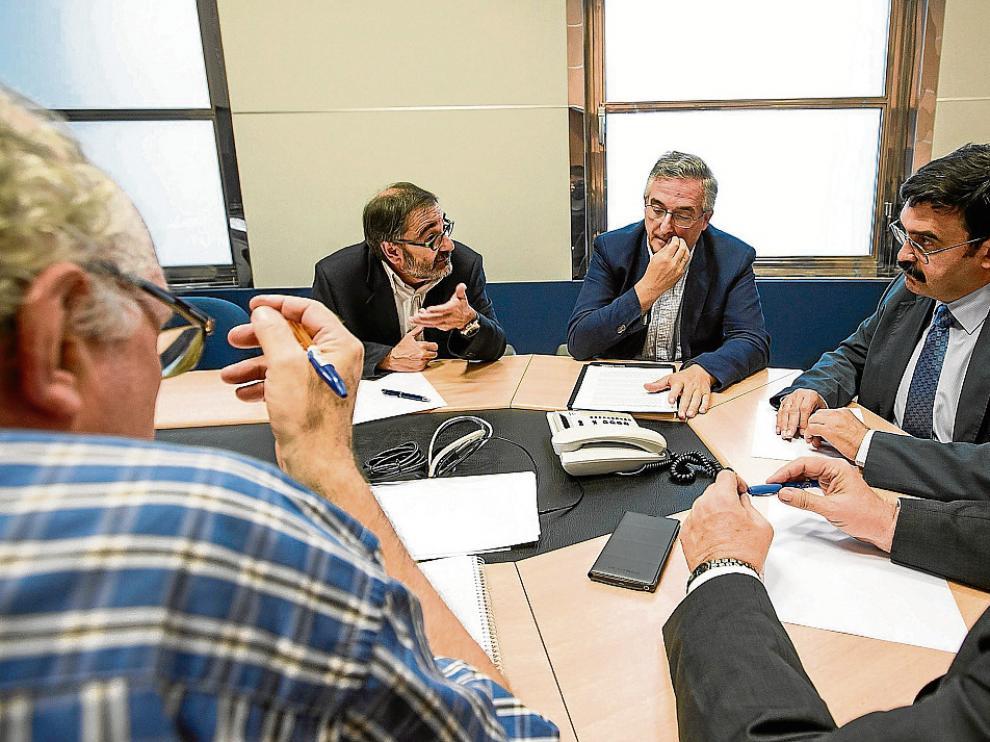Olona y Lafuente, en la reunión que mantuvieron ayer acompañados de varios técnicos.