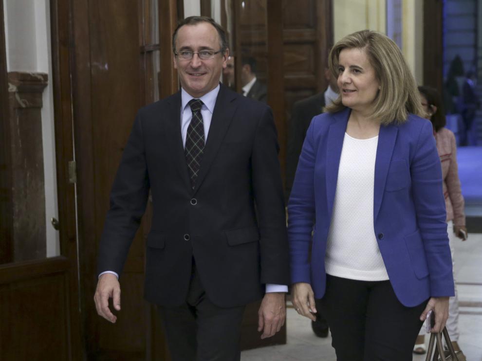 Los ministros de Sanidad, Alfonso Alonso, y Empleo, Fátima Báñéz, en los pasillos del Congreso, donde se debaten este miércoles los presupuestos para 2016.