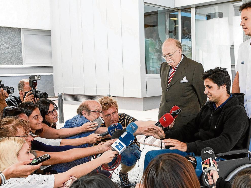 Fran Rivera, en silla de ruedas, compareció ante la prensa en la puerta del hospital zaragozano junto al doctor Val-Carreres.