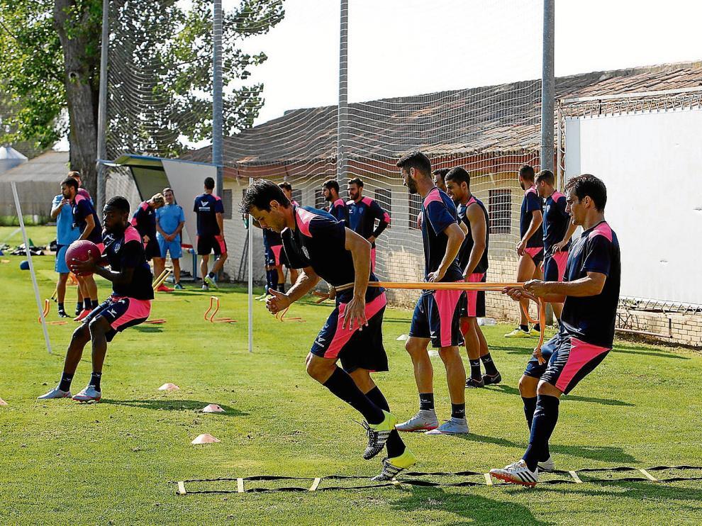 La plantilla de la SD Huesca dedicó buena parte de la sesión de ayer a realizar un exigente circuito físico con ejercicios de velocidad.