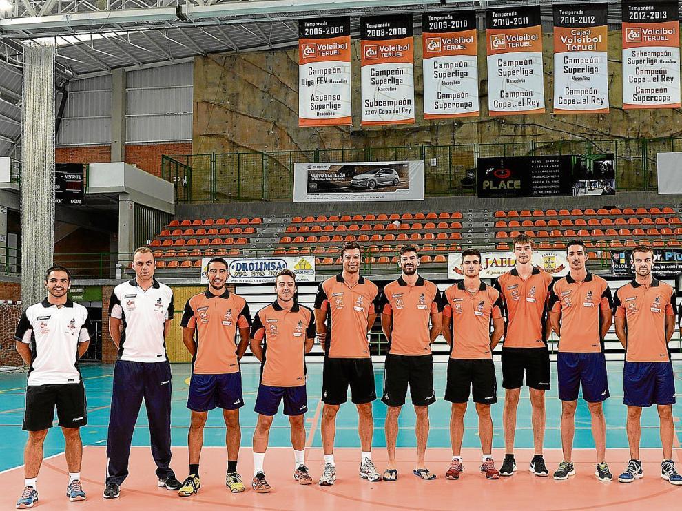 Los jugadores y el cuerpo técnico del CAI Teruel posan en Los Planos a la espera de la llegada de los cuatro jugadores extranjeros.