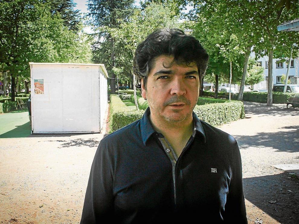 El jacetano Mario Garcés (1967), el jueves pasado tras la entrevista, en la Feria del Libro en Jaca.
