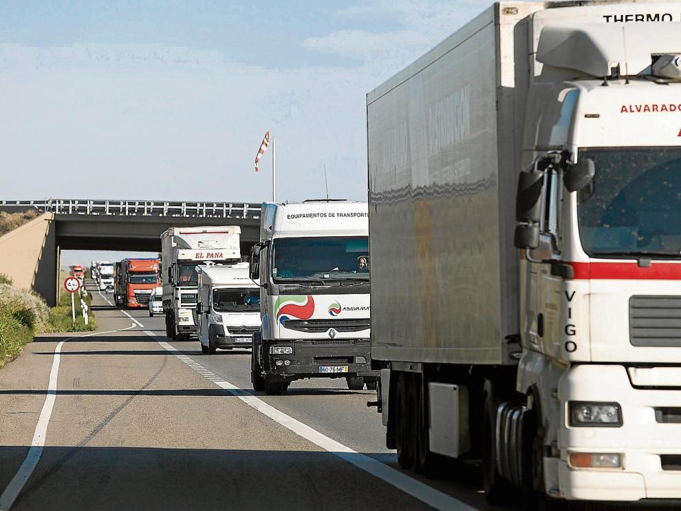 La N-II soporta un gran volumen de tráfico pesado, como se observa en esta imagen tomada ayer.