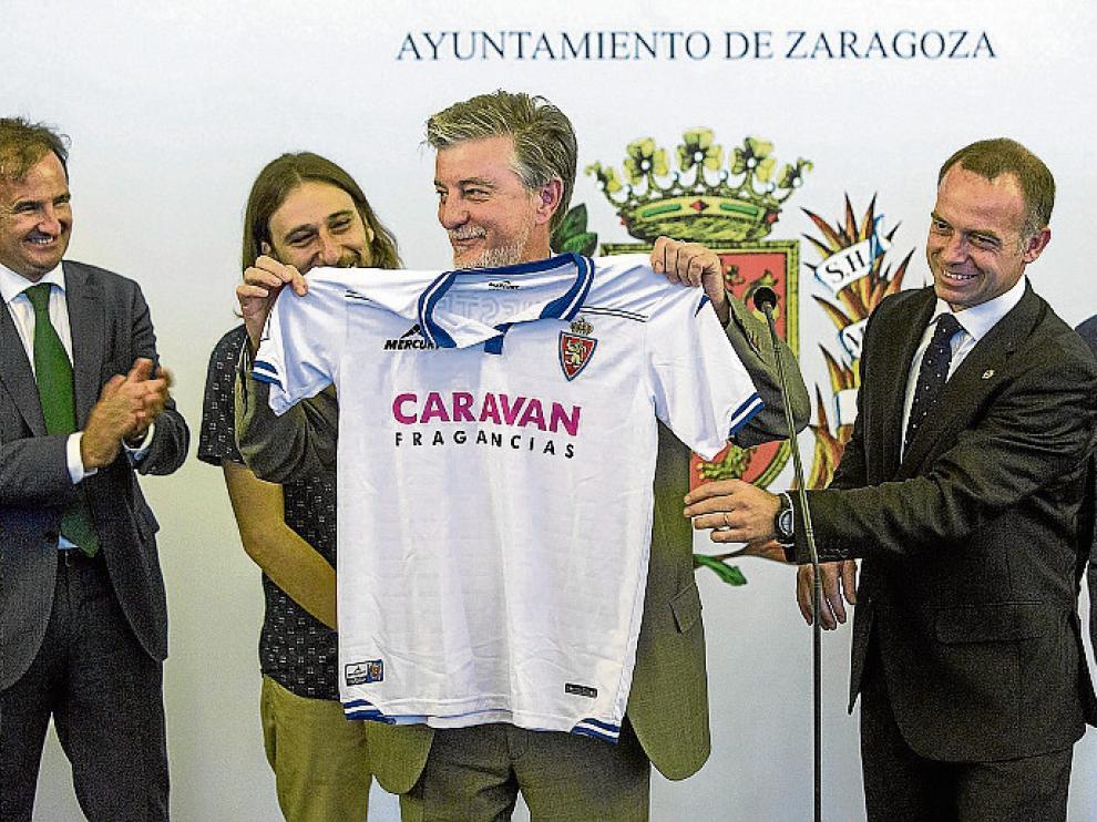 El alcalde, Pedro Santisteve, recibió una camiseta del equipo.
