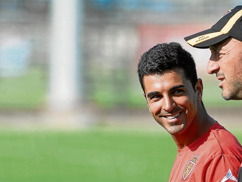 Ángel, sonriente, charla con Ranko Popovic en un momento del entrenamiento en la Ciudad Deportiva.