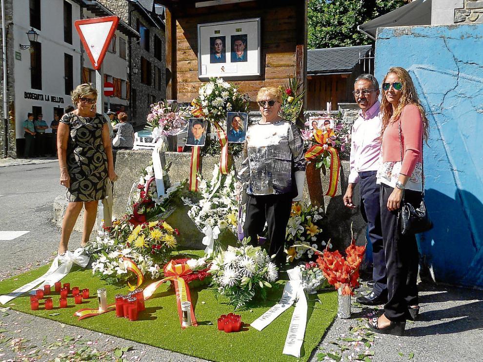 Los familiares de José Ángel de Jesús e Irene Fernández, ayer junto al monumento de Sallent.