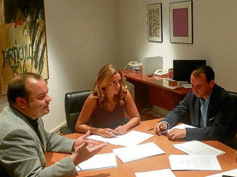 El alcalde de Magallón (primero a la izquierda) se reunió ayer con diputados socialistas.