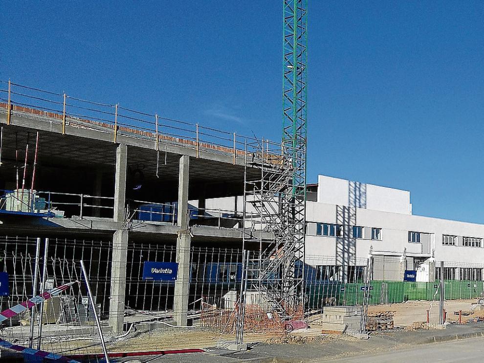 A la derecha, el aulario de la primera fase del colegio Ánfora. A la izquierda, las obras de las siguientes fases.