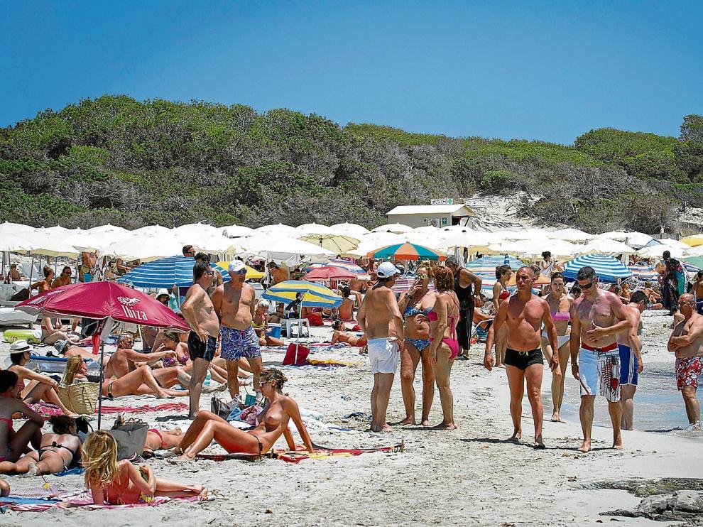 Bañistas en la playa de Es Cavallet en Sant Josep de Sa Talaia, en Ibiza, el pasado 10 de julio.