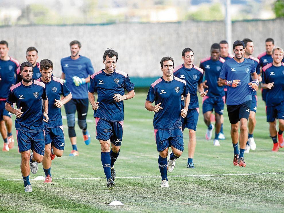 La plantilla de la SD Huesca arrancará la liga mañana en El Alcoraz contra el Deportivo Alavés con once caras nuevas que aúnan experiencia y talento.