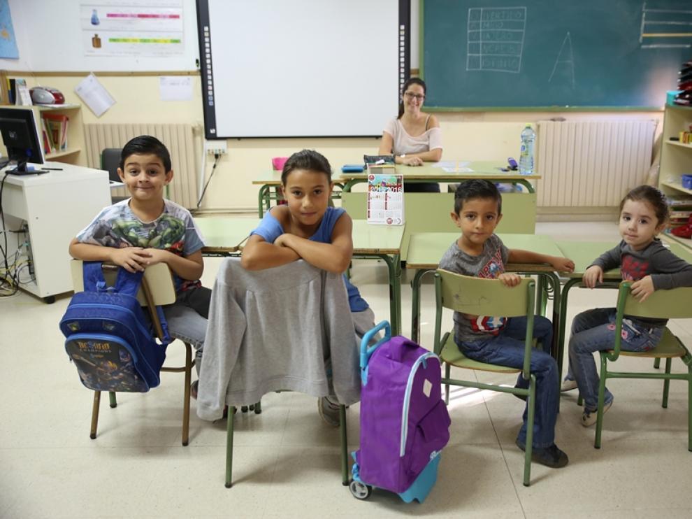 Los alumnos y la profesora de la escuela de Encinacorba.