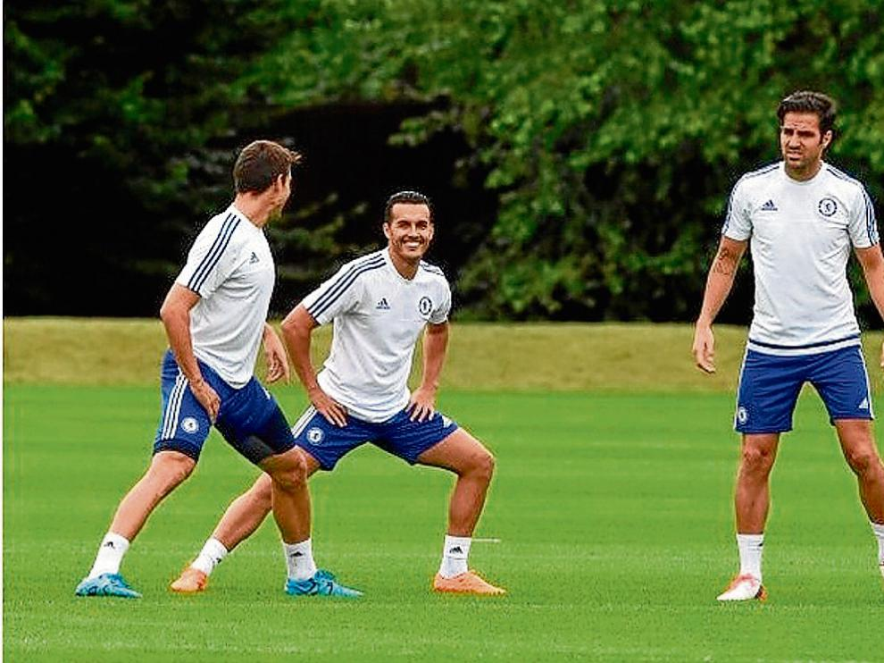 Pedro, entrenándose ayer junto a Cesc y Azpilicueta, ya a las órdenes de Mourinho.