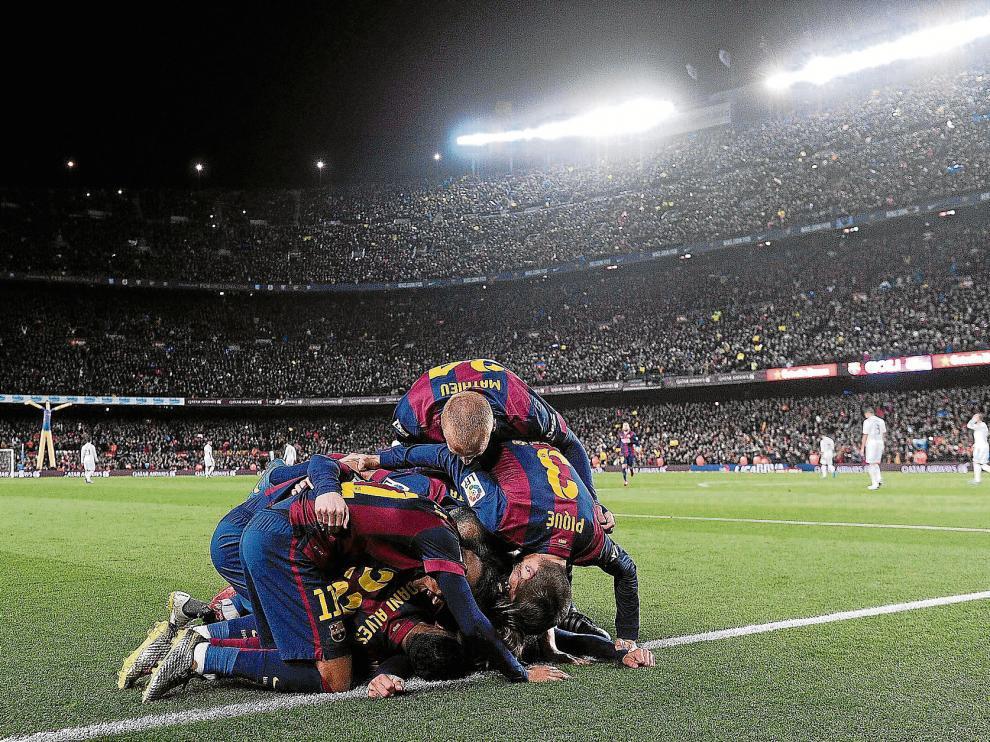 Los jugadores del Barcelona celebran un gol, durante el último clásico ante el Real Madrid.