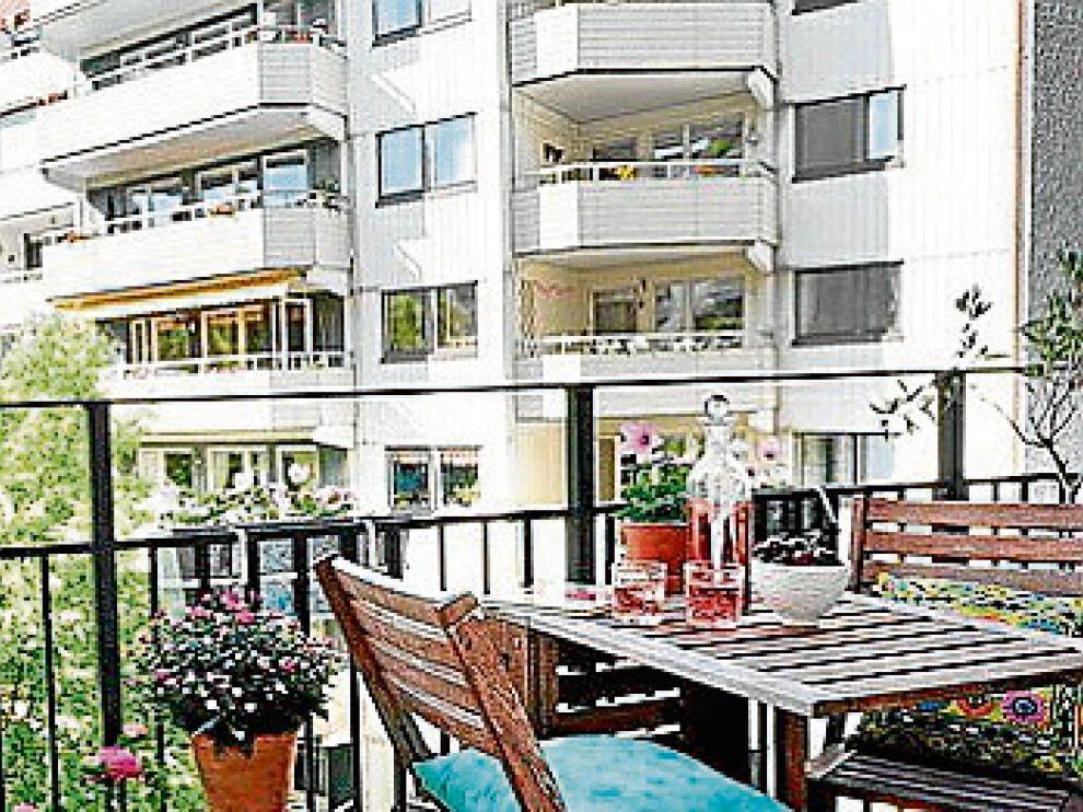 Pensar en el verano. Si el balcón no responde de ninguna manera, se puede reservar para el verano. El norte es muy fresco y un mobiliario plegable hará el resto.