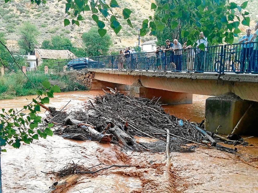 Los vecinos contemplaban esta semana los troncos acumulados en el río.